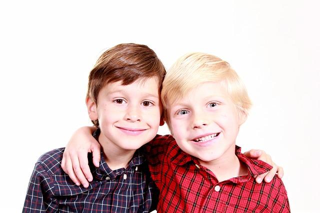 仲良く肩を組む二人の少年