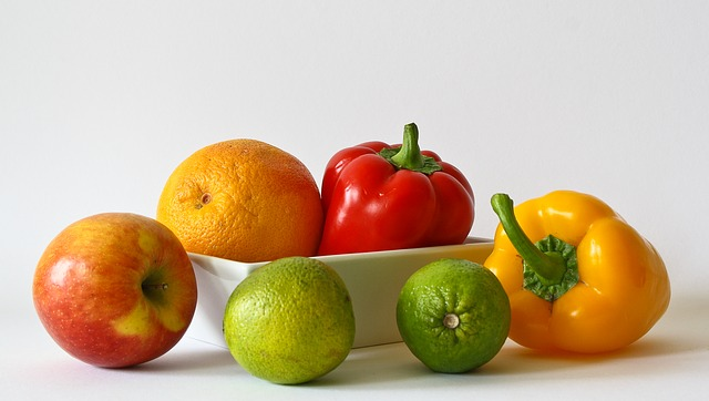 健康によさそうな新鮮な果物と野菜