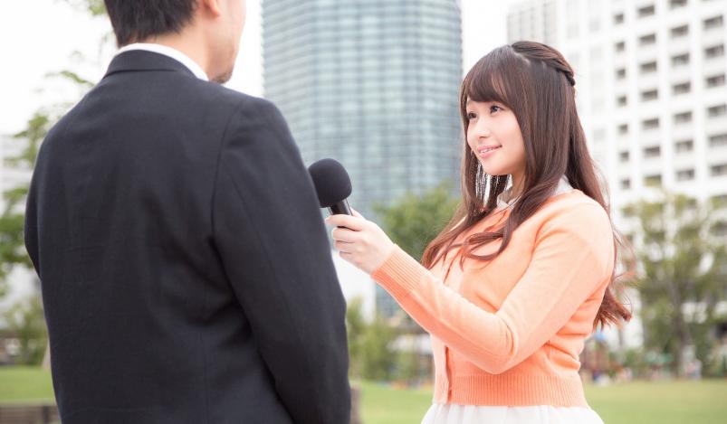 男性にインタビューする女性