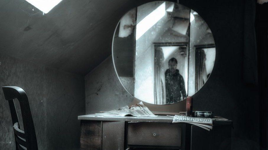 黒い部屋の鏡