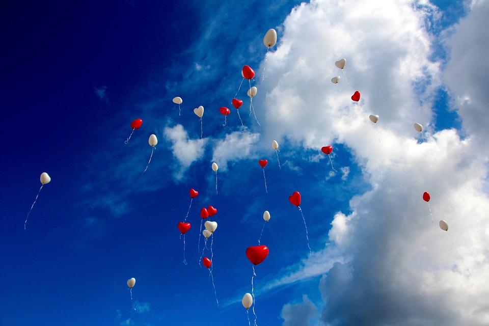 空に舞うハート形の風船たち