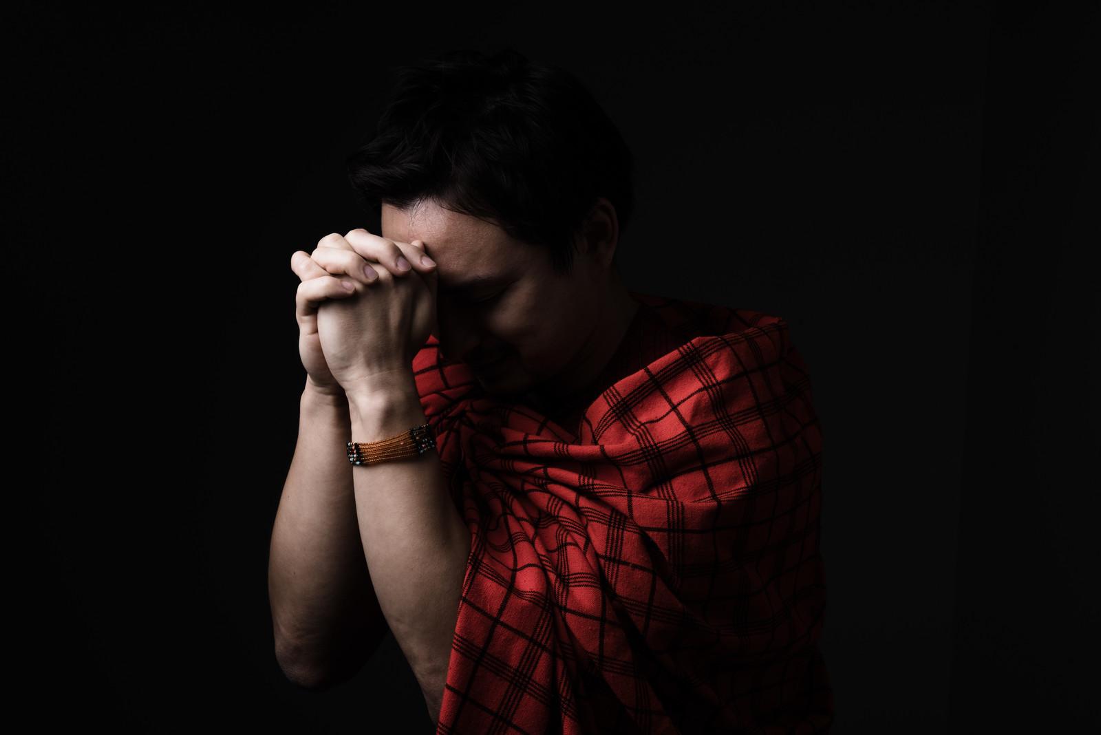 願望実現に向けて祈る人