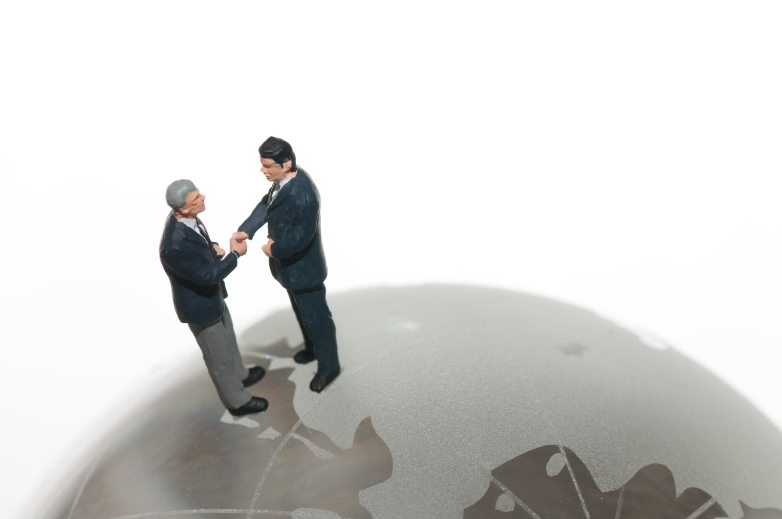 地球で握手する人たち