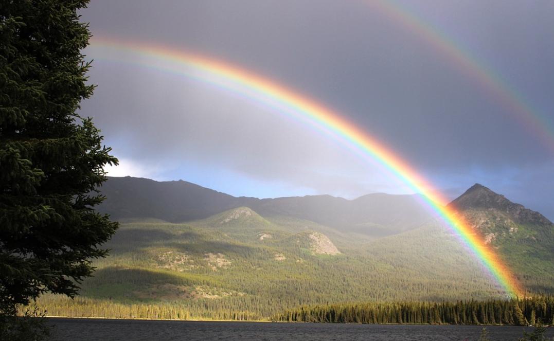 二重に虹がかかった写真