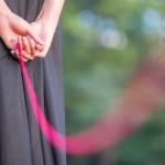 赤い糸を結んだ女性