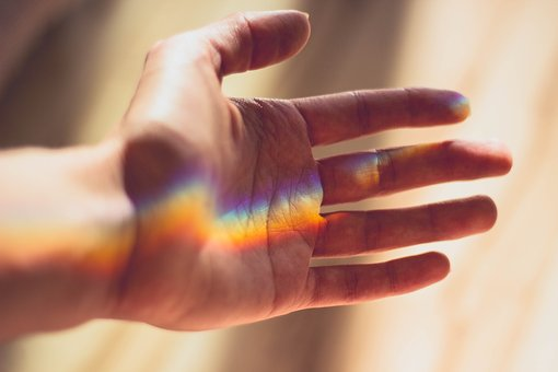 手のひらに映し出された虹