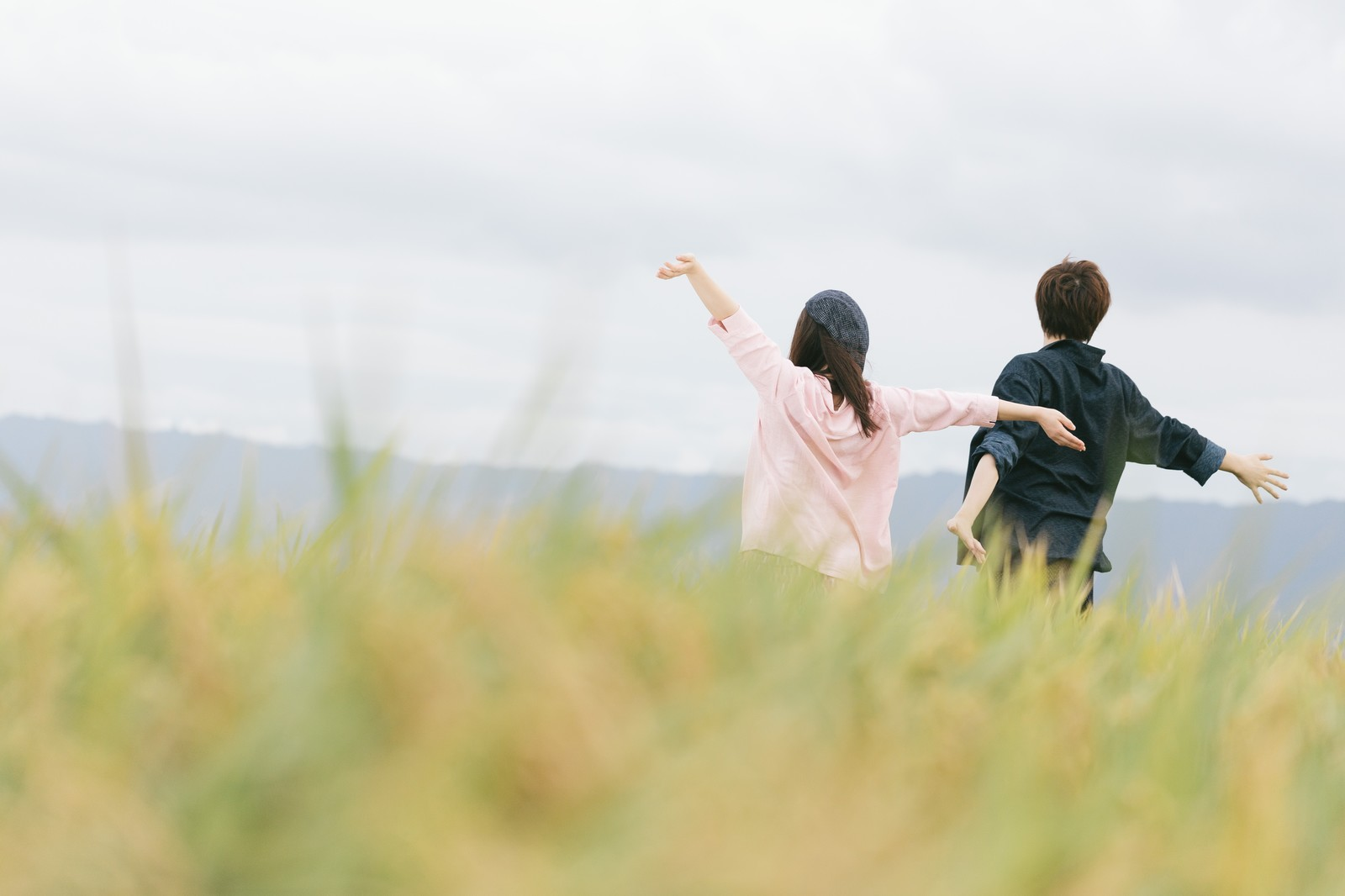 自然に囲まれた夫婦の画像