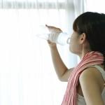 ドリンクを飲む女性の画像
