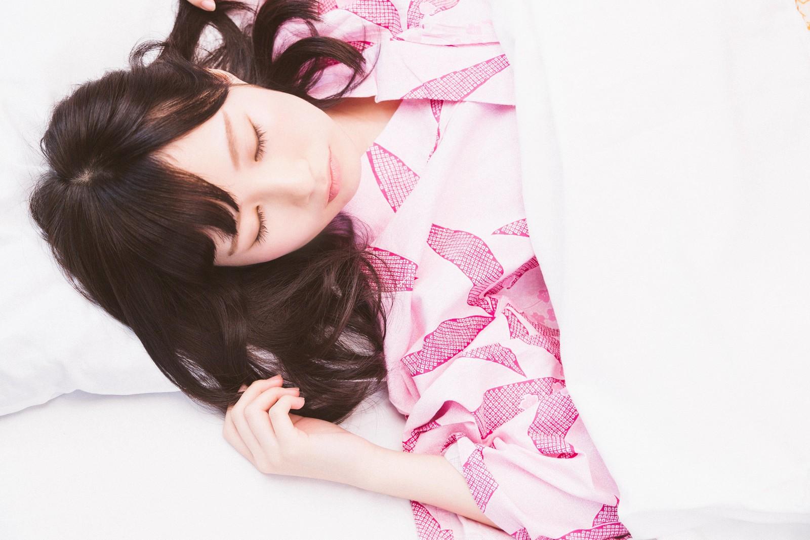穏やかに眠る女性