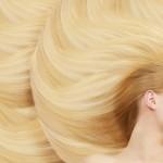 眠る金髪の女性の画像