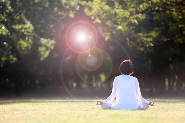自然の中で瞑想をする女性