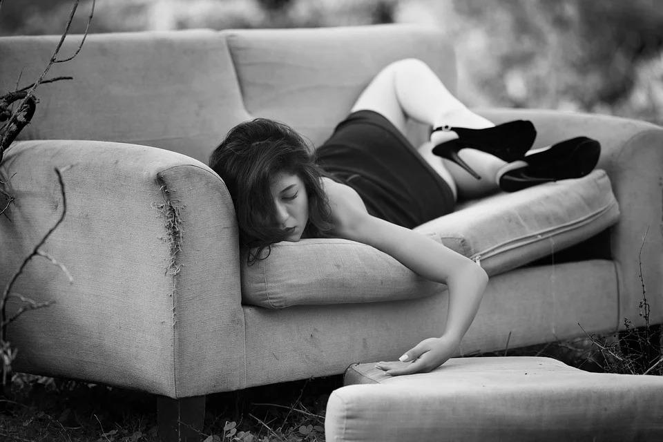 ソファでだるくて眠る女性