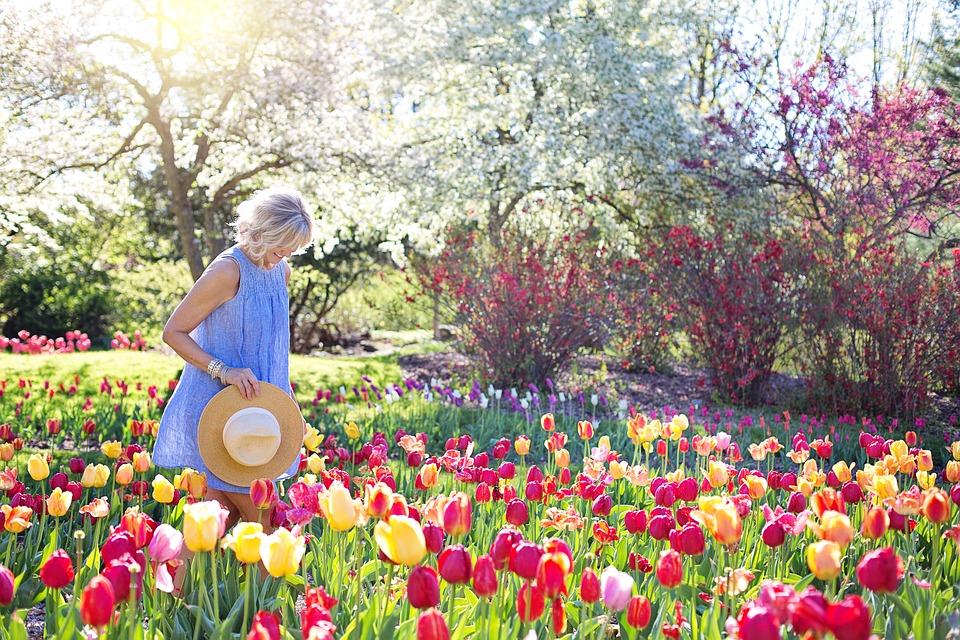 チューリップ畑で幸せそうな女性