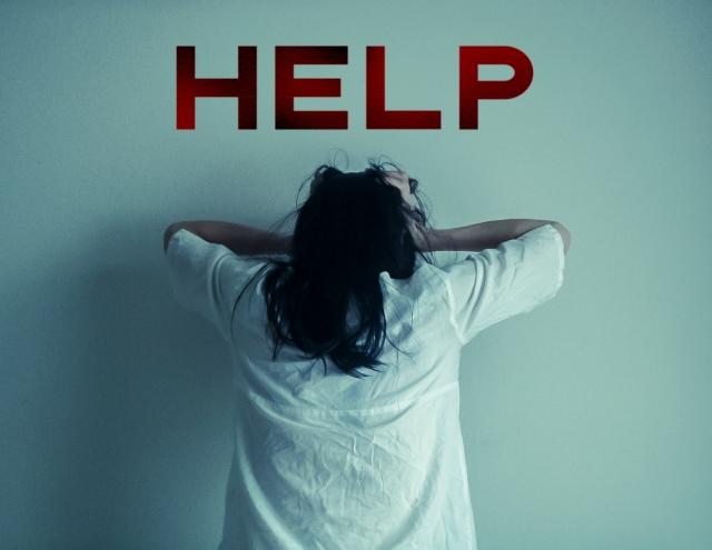 頭を抱える女性とHELPの文字