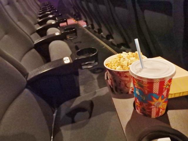 映画館の椅子とポップコーン