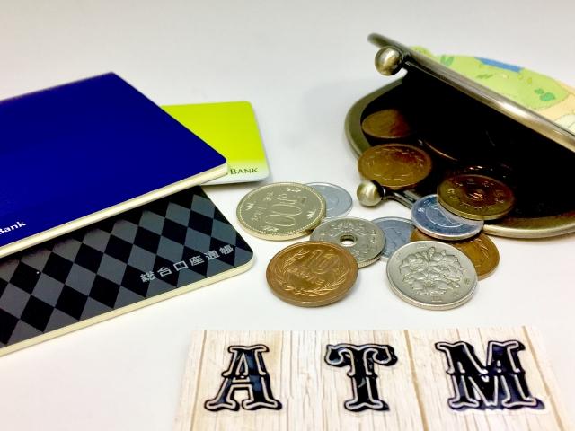 お金と通帳とATMの文字