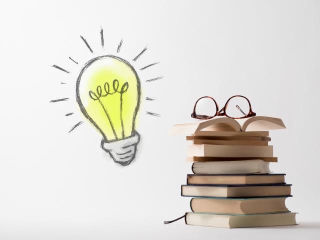 電球とメガネと本