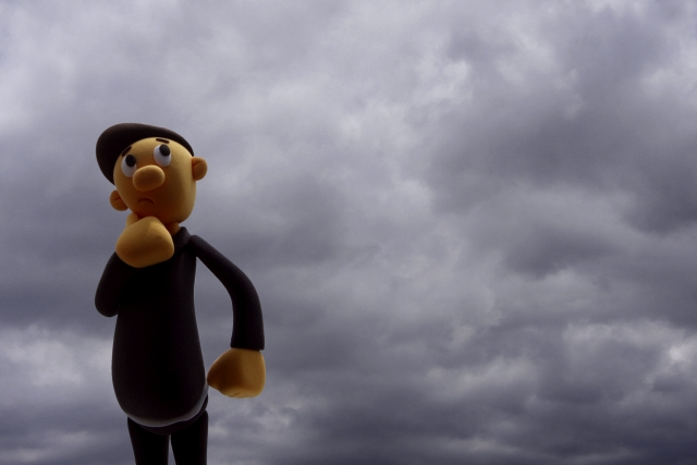 暗い雲 考える人形