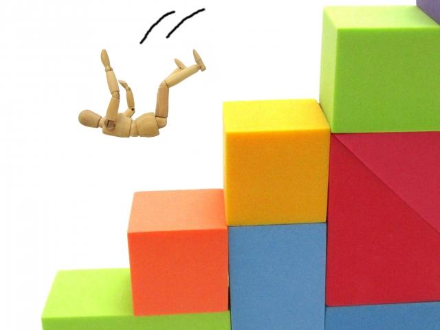 階段から落ちる人形