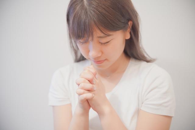 お祈りをする女性