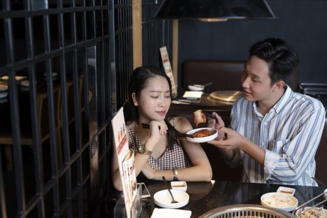 レストランで食事をする男女