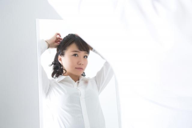 髪の毛をセットする女性