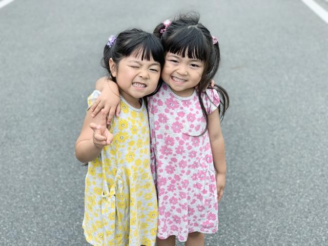 女の子の双子