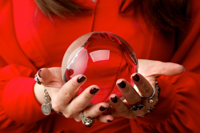 水晶を持つ赤い服の女性