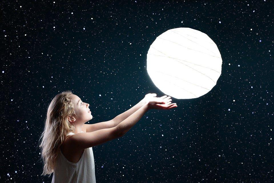 月の光を両手で浮かべる女の子