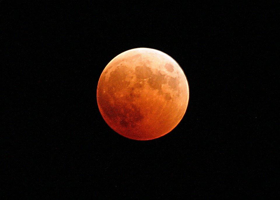 真っ黒な背景に赤い月が浮いている