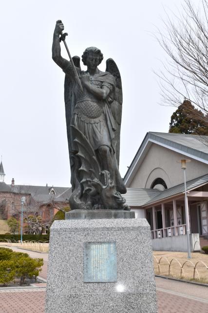 ミカエルの像
