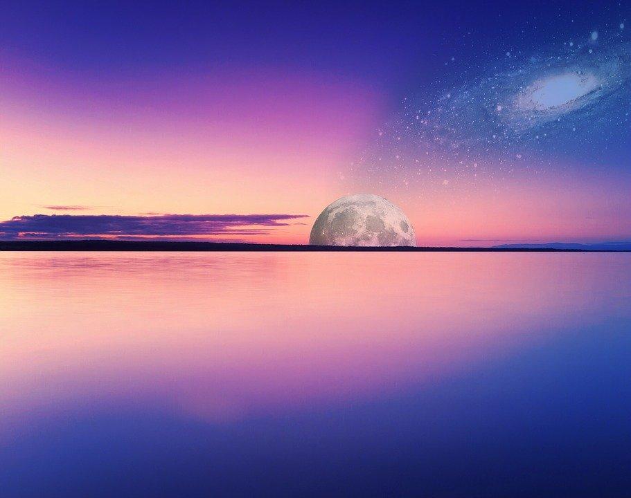 ピンクの地平線と月
