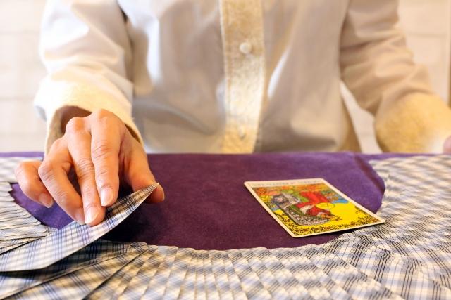 カード占いをする人
