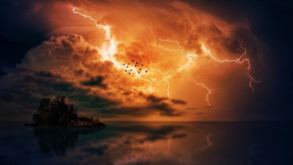 怪しい雷がとどろく空