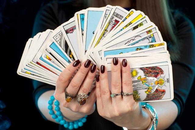 タロットカードを持つ手