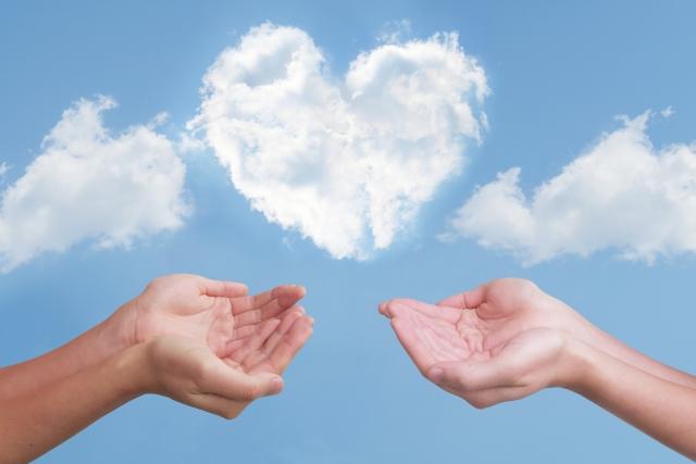 2つの手とハート型の雲
