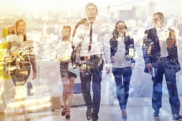歩く男性と女性