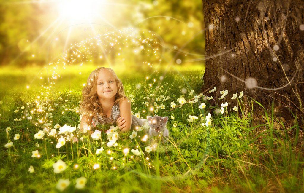 木漏れ日の中で微笑む少女