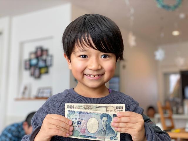 笑顔の男の子とお金