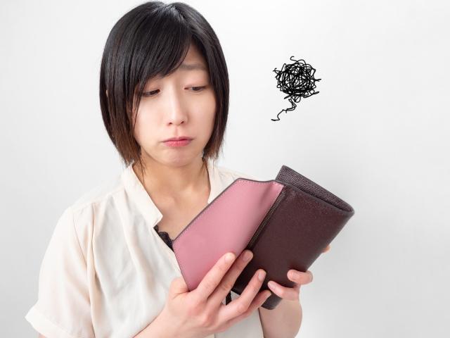 財布をみる困った女性