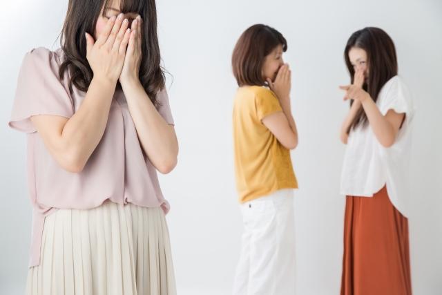 顔を覆う女性と指を指す女性