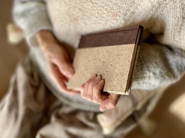 本を抱える手