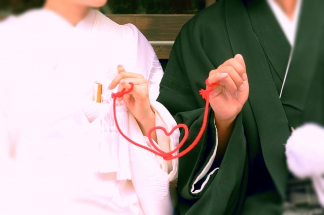 着物を着る男女と赤い糸