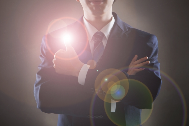 スーツの男性と光