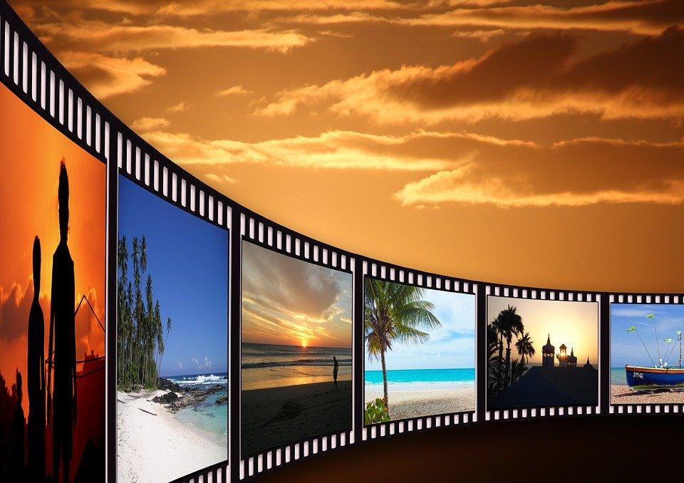 夕日を背景に流れるフィルム