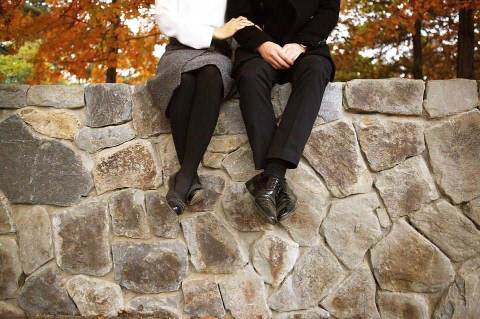 石段の上に座る男女