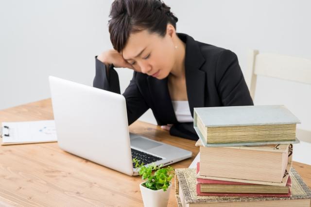 パソコンと本と女性