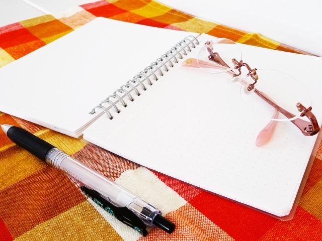 ペンとノートとメガネ