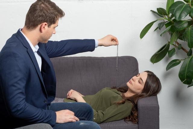 催眠療法を受ける女性