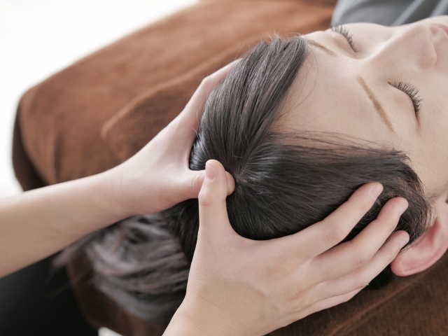 ヘッドマッサージを受ける女性